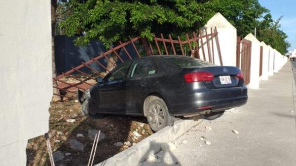 Aprendiz de ladrón sustrae y estrella un auto en Playa Del Carmen