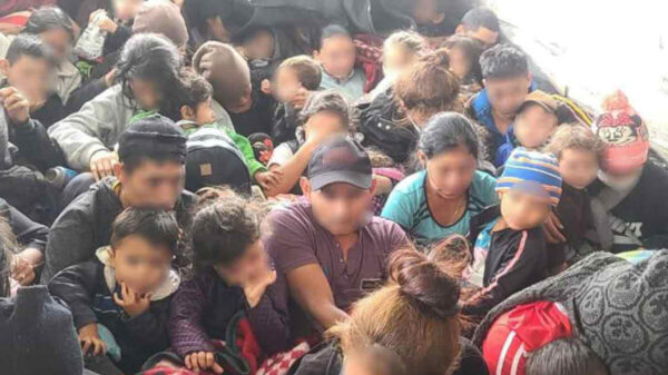 Rescatan a 61 migrantes, 33 son niños; viajaban amontados en un camión