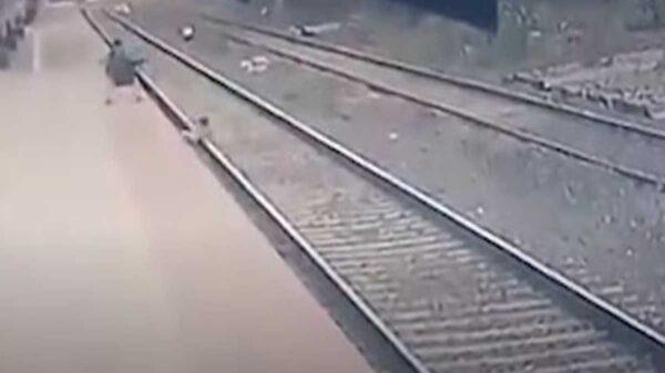 El clip de un niño que está a punto de ser arrollado por un tren se viraliza en redes sociales debido a la forma en que logra salvarse