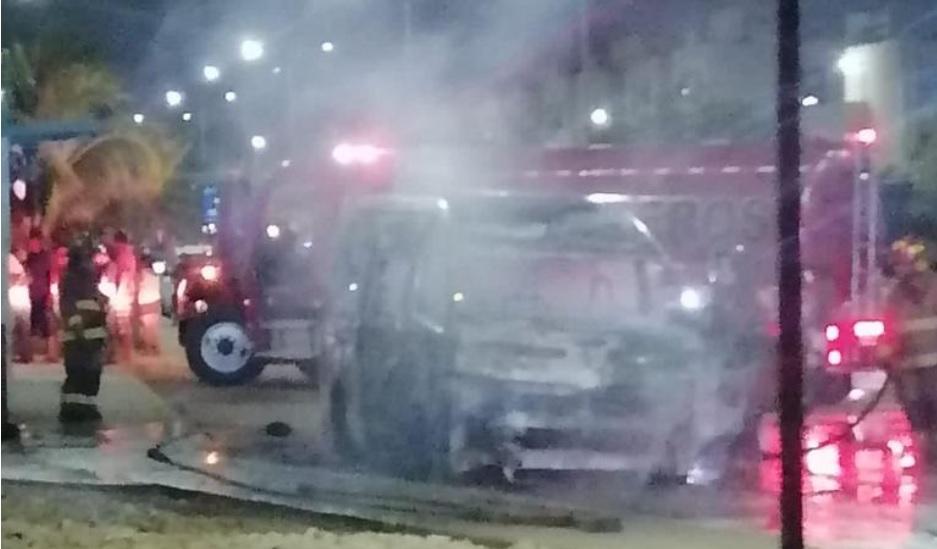 Incendian en Cancún otra unidad del servicio público de pasajeros; por lo menos ya son tres los casos registrados en menos de una semana.