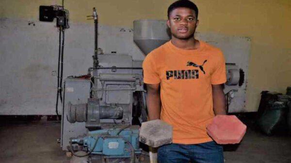 A partir de la basura, Edgar Edmund, un joven de Tanzania, crea materiales de construcción a un precio accesible y de alta calidad