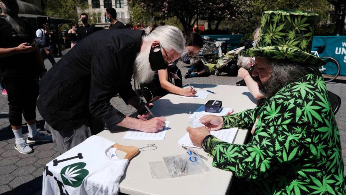 En EU regalan cervezas, marihuana y bonos a quien se vacune contra Covid-19