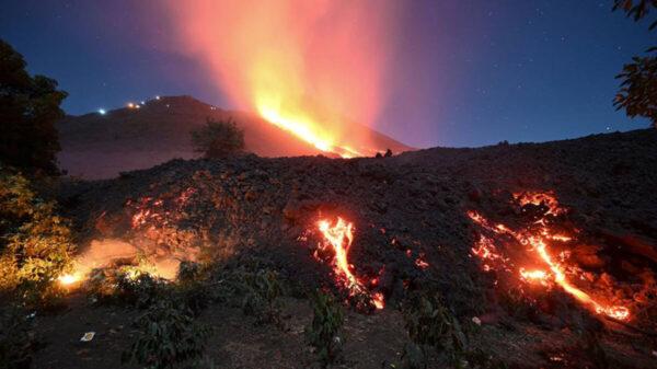 Amenaza lava de volcán con tragarse comunidades de Guatemala