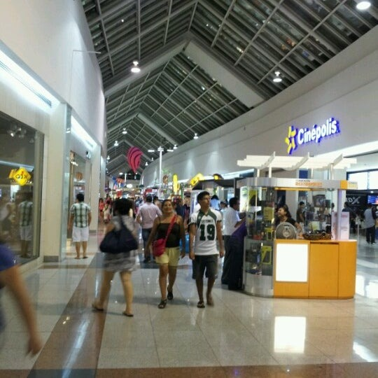 Cancunenses y turistas abarrotan plazas comerciales sin medidas sanitarias.