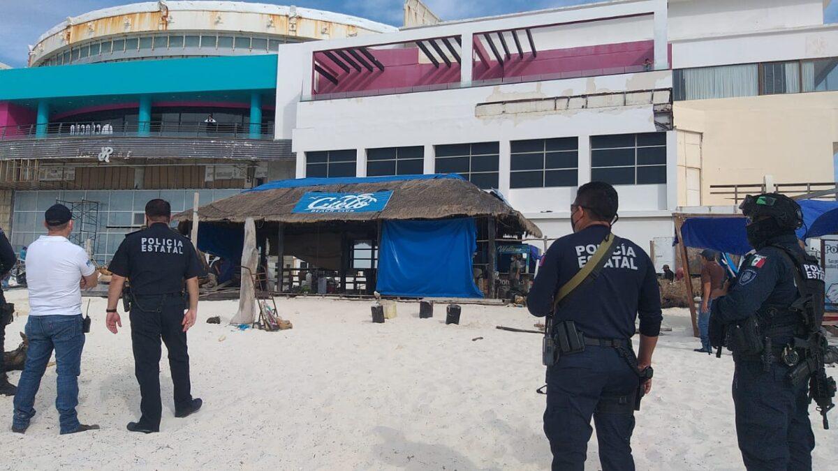 Destruyen palapas y retiran camastros en playa Gaviota Azul de Cancún (VIDEO).