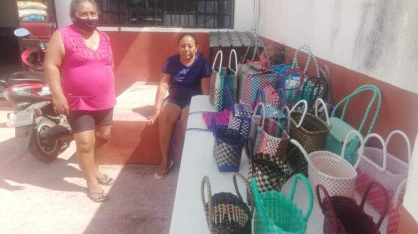 Ofertan bolsas artesanales frente a la CROC en Kantunilkín.