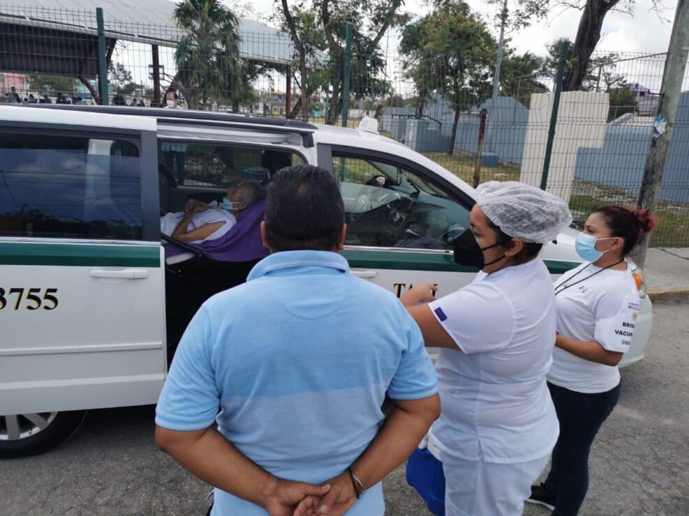 Lleva a vacunarse contra Covid a su padre de 87 años postrado en cama; personal del ISSSTE llega hasta un vehículo para aplicar la dosis.