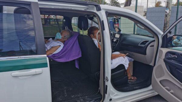 Lleva a vacunarse contra Covid a su padre de 87 años postrado en cama.