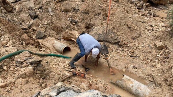 Tubería dañada deja sin agua a cientos de familias en Felipe Carrillo Puerto.