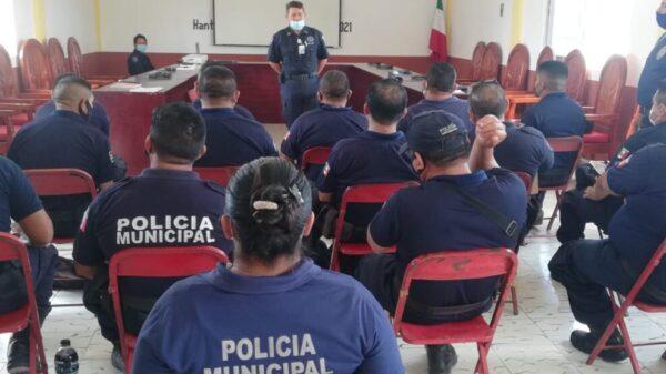 En Lázaro Cárdenas policías participan en un curso de arme, desarme y tiro.
