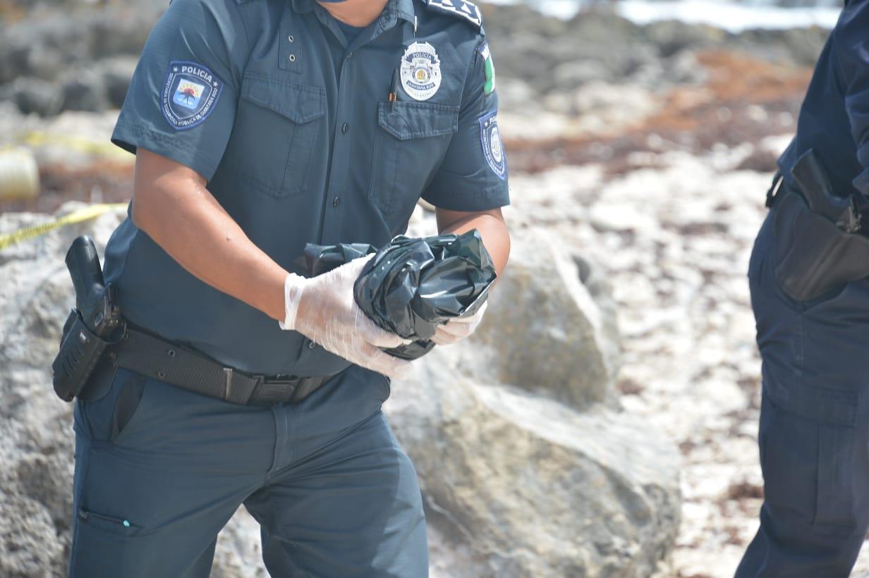 Recala 'ladrillo' de cocaína en la costa oriental de Cozumel; el narcótico fue asegurado por policías para ser entregado a la FGR.