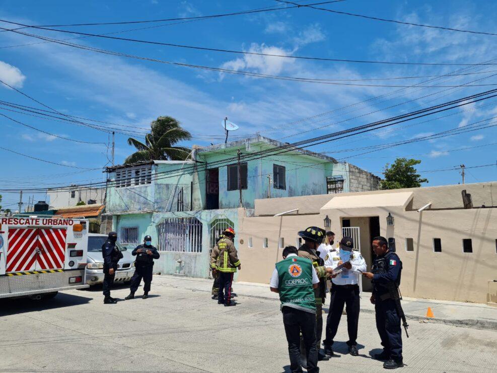 Derrumbe deja dos personas atrapadas en la Sm 99 de Cancún (VIDEO); al parecer cedió el techo de una vivienda.