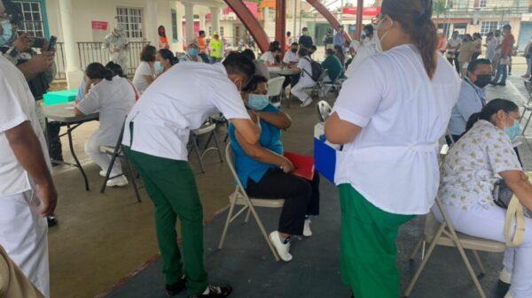 Vacunan contra Covid-19 a personal de Salud de Cozumel.
