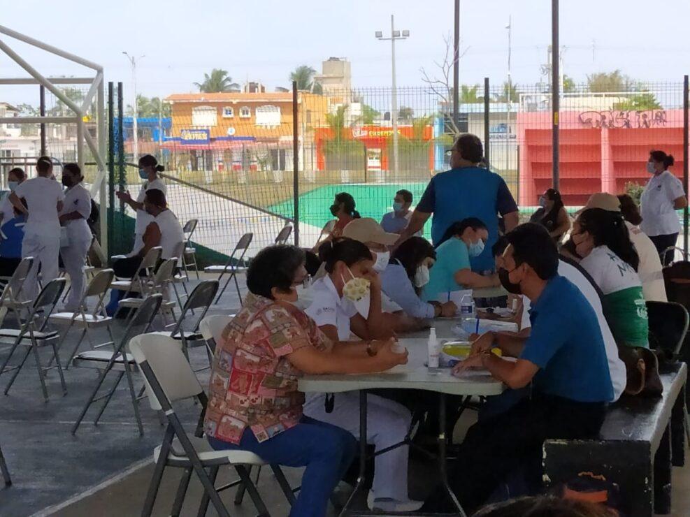 Vacunan contra Covid-19 a personal de Salud de Cozumel; no están dentro de los considerados de primera línea.