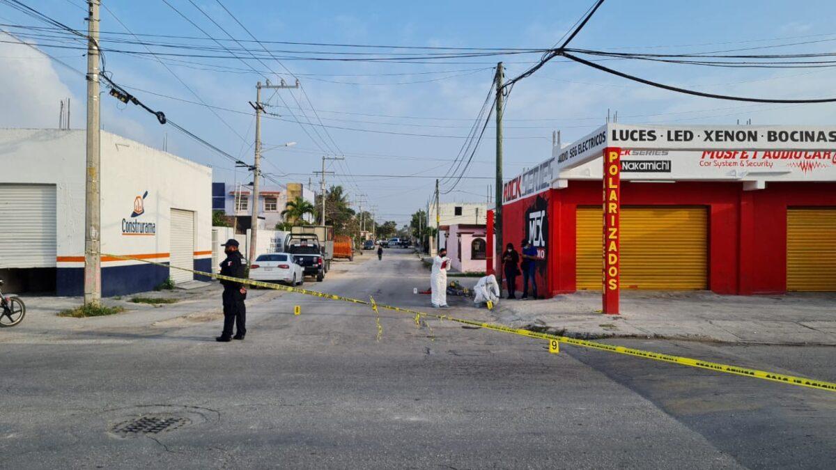 Cancún: Ejecutan a un albañil en la Supermanzana 210 (VIDEO); el cuerpo recibió al menos 1o impactos de bala.