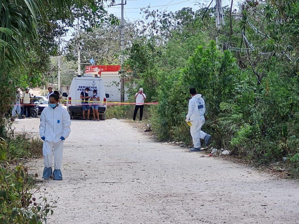 Asesinan a una mujer en la Zona Continental de Isla Mujeres (VIDEO); el cuerpo se encontraba en un camino de terracería de la colonia Loma Bonita.