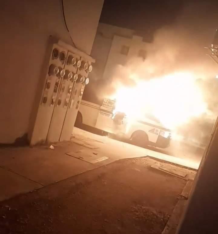 Incendian en Cancún otra unidad del servicio público de pasajeros.