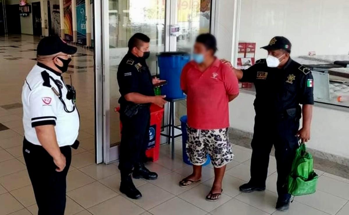 Depravado es detenido por espiar a una menor en el baño de una plaza en Mérida