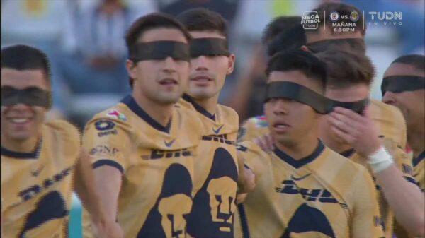 Jugadores de la Liga MX saltan al campo con los ojos vendados