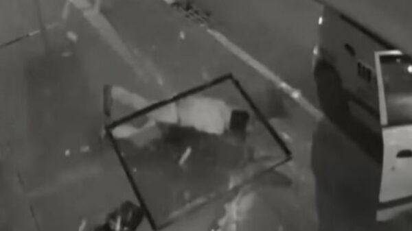 El video de un robo ha causado comisión por las fuertes imágenes, ahí se ve como un ladrón cae, mientras una ventana le golpea la cabeza