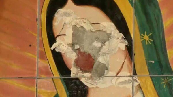 En video fue captado un sujeto que destrozó un mural de la Virgen de Guadalupe, pintado sobre azulejos en una iglesia de Los Ángeles