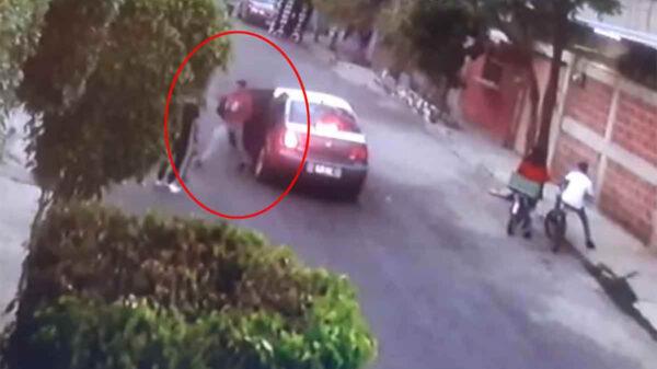 Hombres armados asaltan a niños que jugaban en la calle