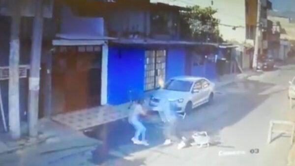 Los robos están a la orden del día en la Ciudad de México, una prueba de ello, es el atraco que sufrió una joven en compañía de su perro