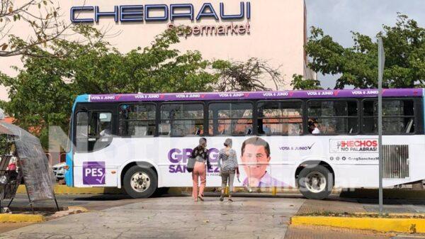 Colocan publicidad proselitista en transporte público de Cancún.