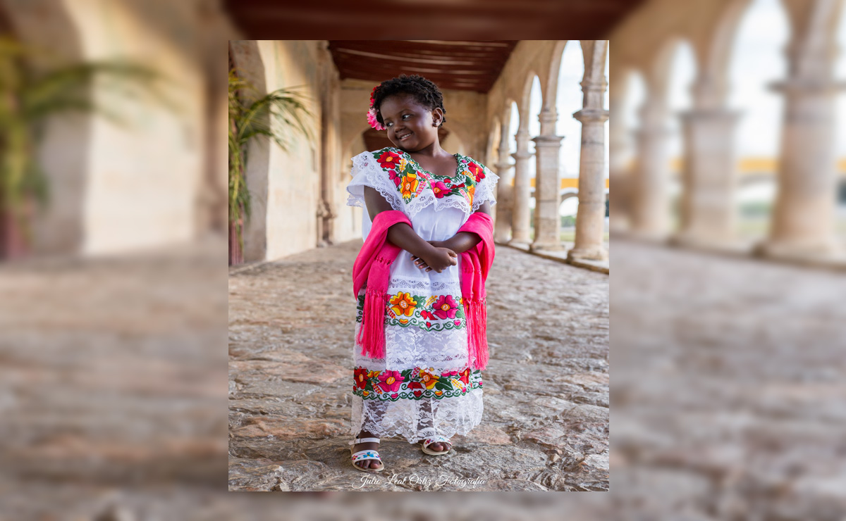 Una niña de Chicago, Estados Unidos, se ha robado el corazón de los internautas al posar con un traje típico del estado de Yucatán