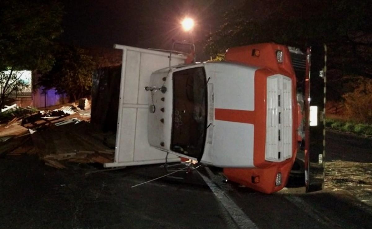 Vuelca tráiler sobre el periférico de Mérida tras presentar una falla mecánica