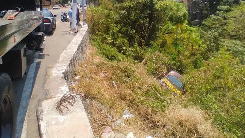 Vehículo cae a barranco en plena avenida