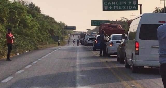 Ejidatarios de la Zona Sur de Quintana Roo bloquean carretera Chetumal-FCP; buscan un diálogo con AMLO, quien está de gira de trabajo.