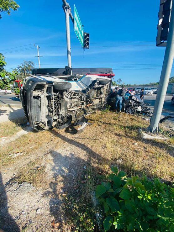 Aparatoso accidente en la carretera Playa del Carmen-Tulum; vehículo particular embiste a una Urvan del sindicato taxista que termina volcada.