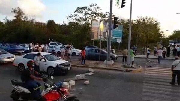Bloquean avenidas en Playa del Carmen por cortes de energía en el poniente.