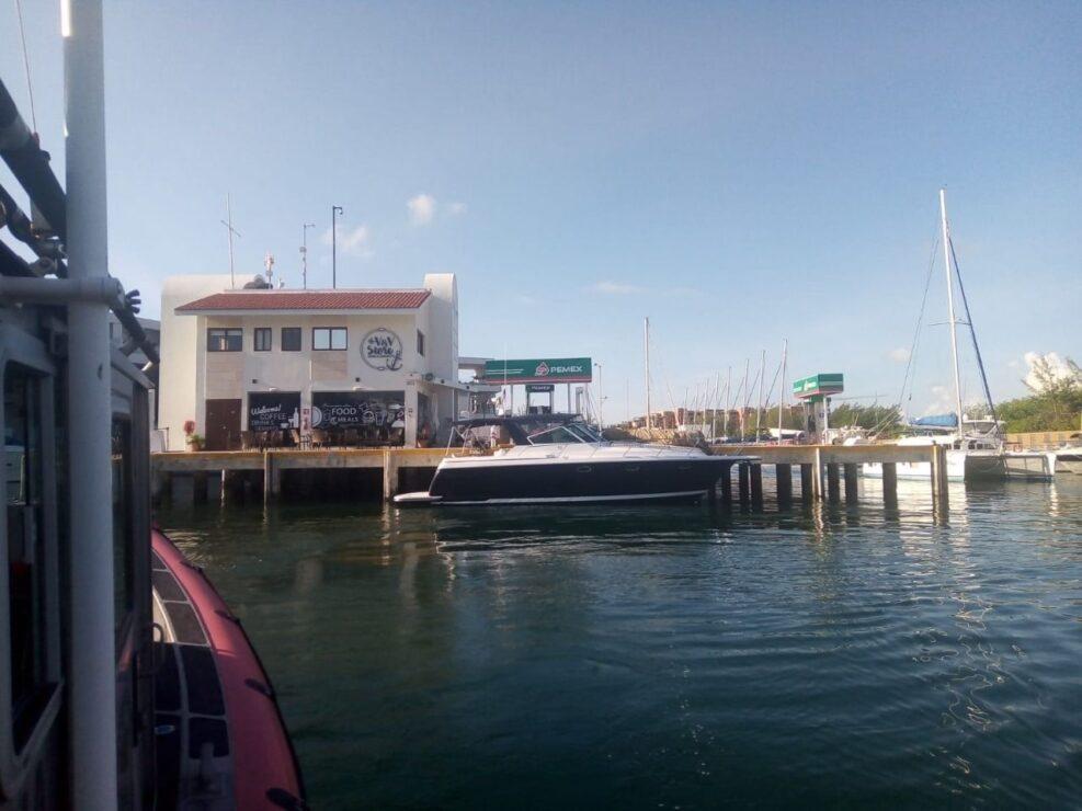La embarcación fue remolcada hacia Punta Sam.