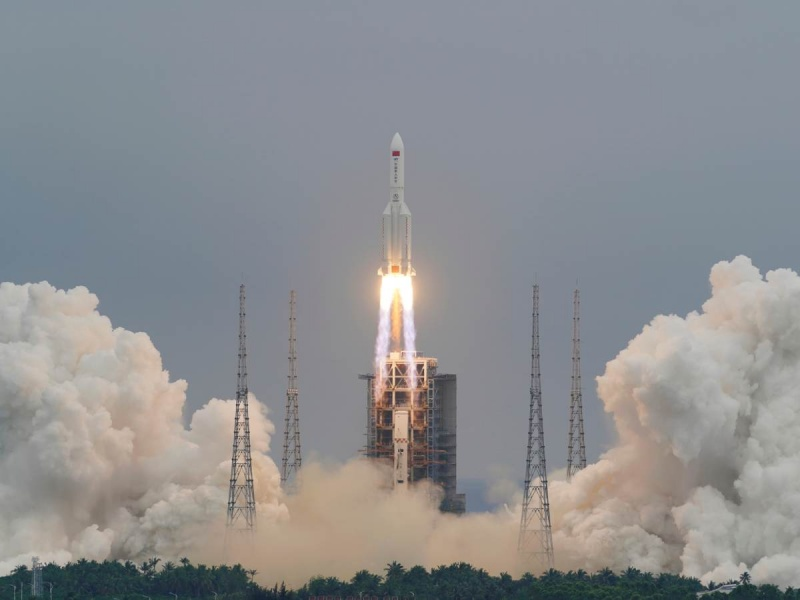 Restos del cohete chino Long March 5B se desintegran y caen en el mar Arábigo; la NASA acusó de irresponsable a la nación asiática.