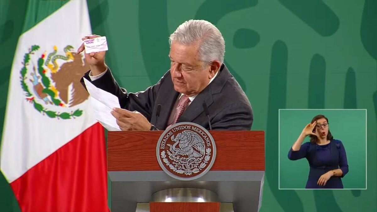 El Presidente Andrés Manuel López Obrador dando lectura a la carta que acompaña la tarjeta.