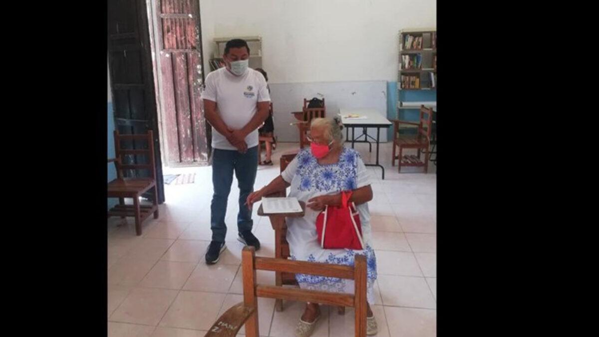 ¡Enhorabuena! Abuelita de 71 años termina su primaria en Yucatán