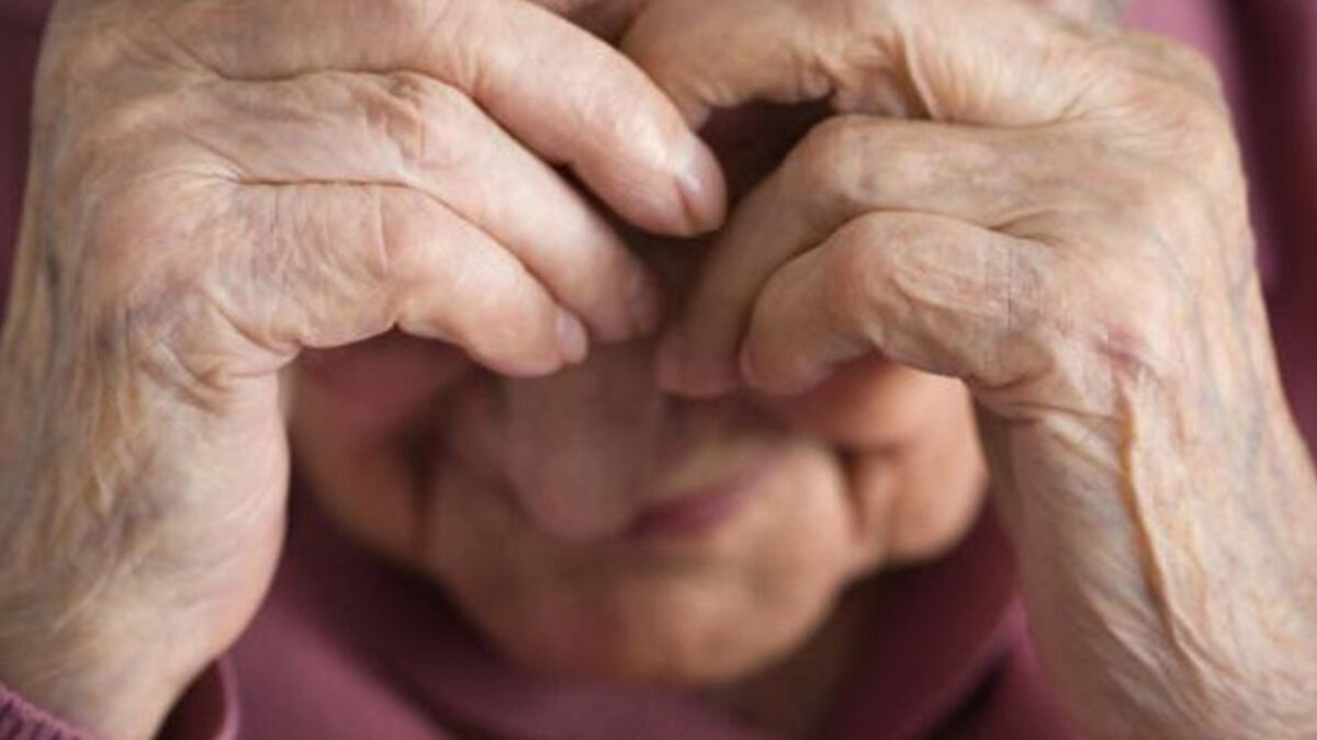 Enfermero maltrata a abuelita en asilo de Chihuahua