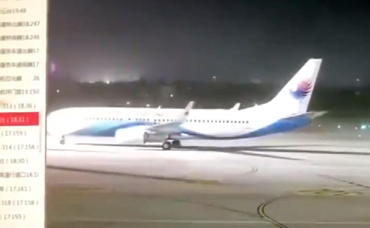 Video: De miedo! tormenta zangolotea a avión en la pista