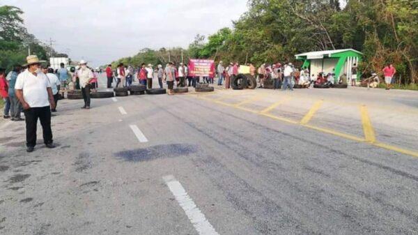 Ejidatarios de la Zona Sur de Quintana Roo bloquean carretera por donde pasará AMLO.