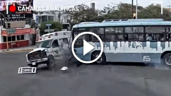Video: Captan momento exacto del choque entre un camión y una ambulancia en Mérida