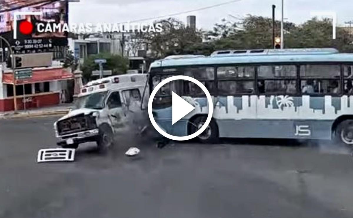 Video: Captan momento exacto del choque entre un camión y una ambulancia en Mérida