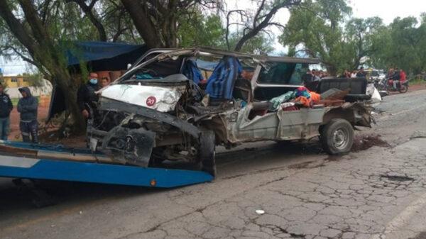 Destroza tráiler a combi de pasajeros en el Estado de México