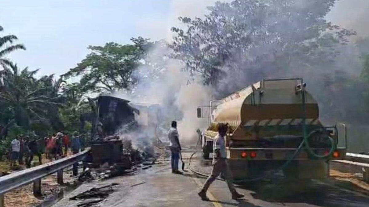 Chocan dos tráiler de frente; mueren los conductores, en Chiapas