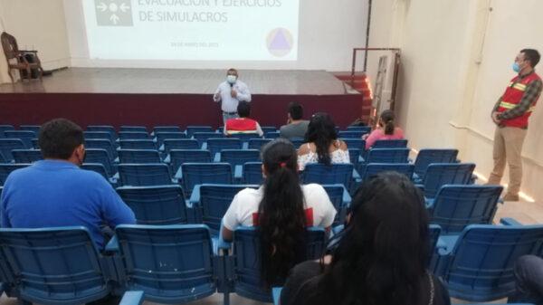 Imparten curso de evacuación a empleados municipales en Lázaro Cárdenas