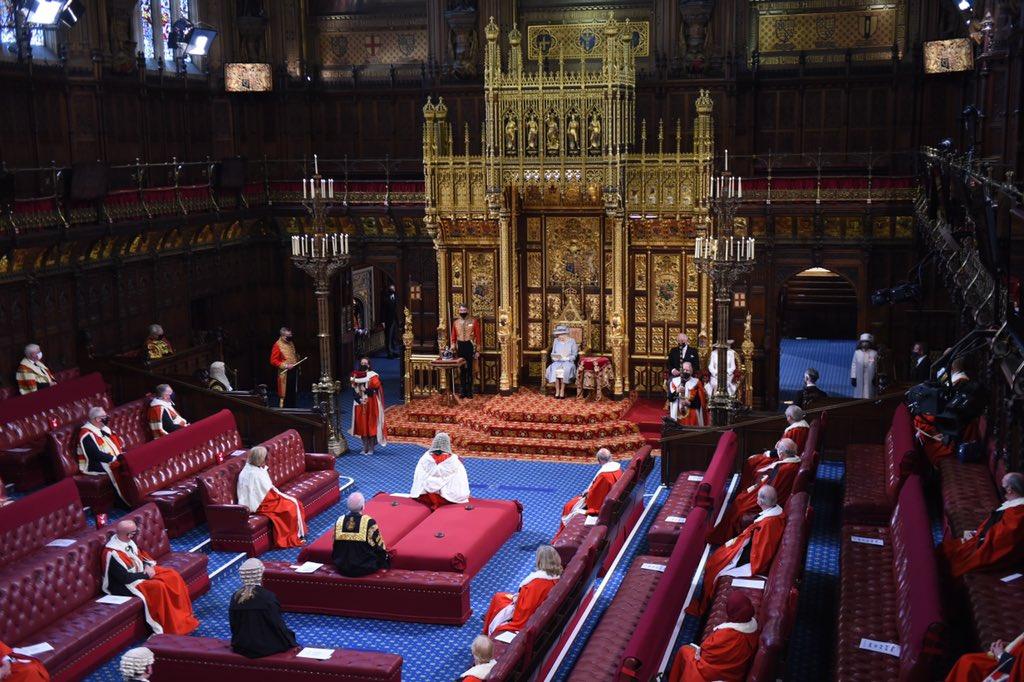 La reina Isabel II reaparece en acto público tras la muerte de su esposo el príncipe Felipe; Inaugura una nueva sesión parlamentaria.