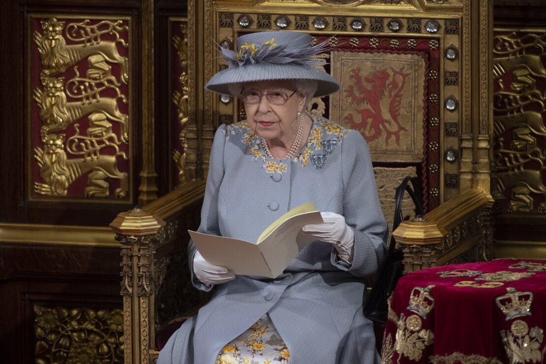 La reina Isabel II reaparece en acto público tras la muerte de su esposo el príncipe Felipe.