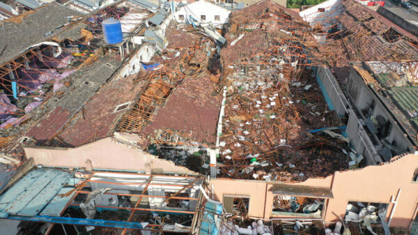 Tornados dejan 12 muertos y varios heridos en China.