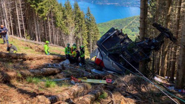 Caída de un teleférico en Italia deja nueve personas muertas.